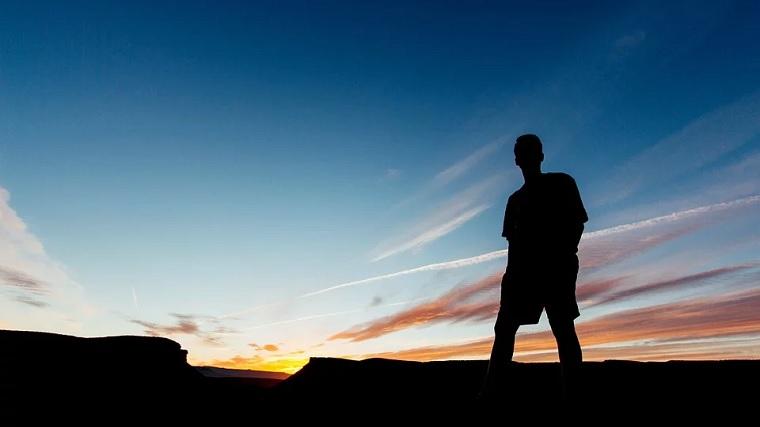 男性の美容、夜明けを見る男性